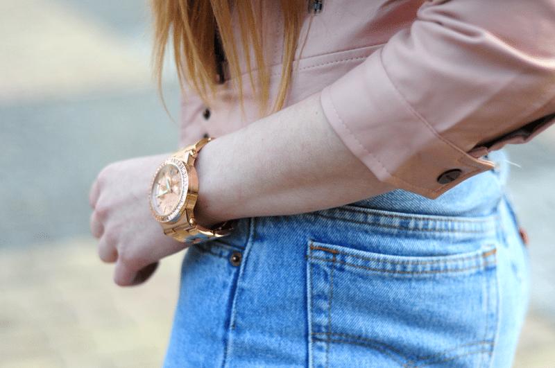 Jeansy z wysokim stanem – High waisted jeans w miejskiej stylizacji