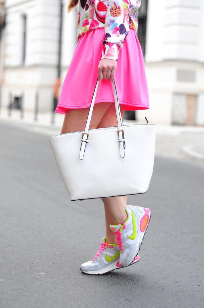 Dziewczęca stylizacja ze spódnicą i Nike Air Max