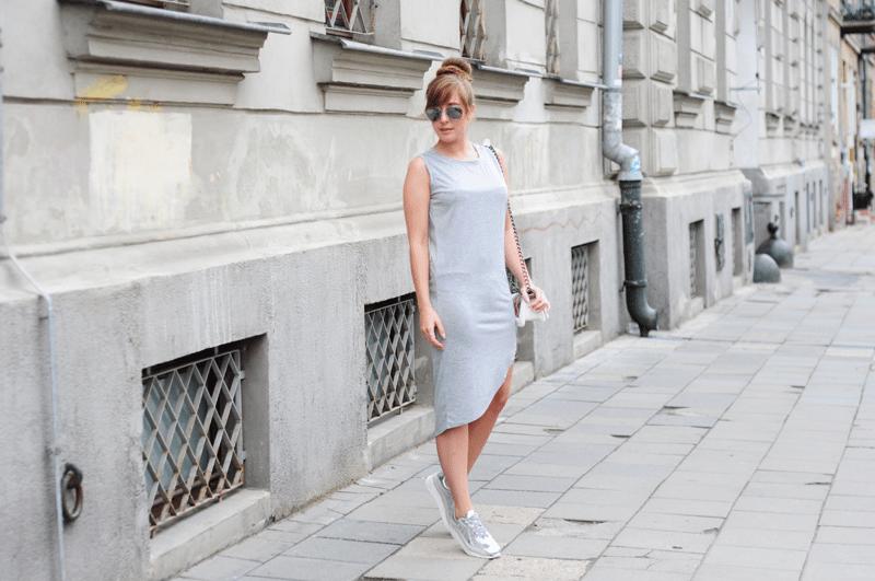 Szara asymetryczna sukienka i srebrne buty na platformie