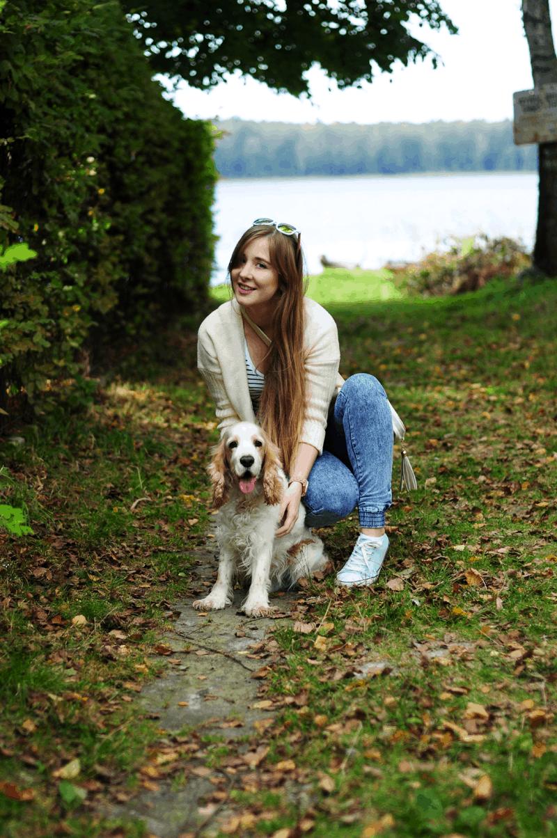 jesienny spacer z psem stylizacja zestaw cocker spaniel biały