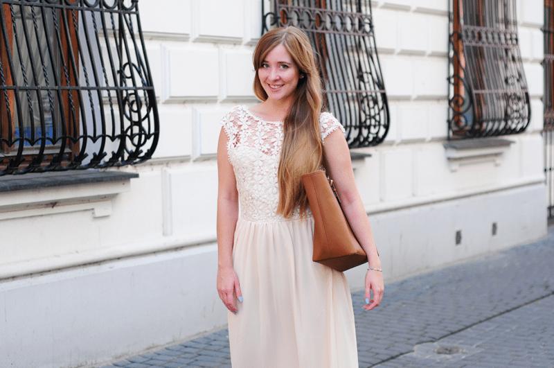 Sukienka maxi z koronkowym wykończeniem – idealna opcja na lato i jesień