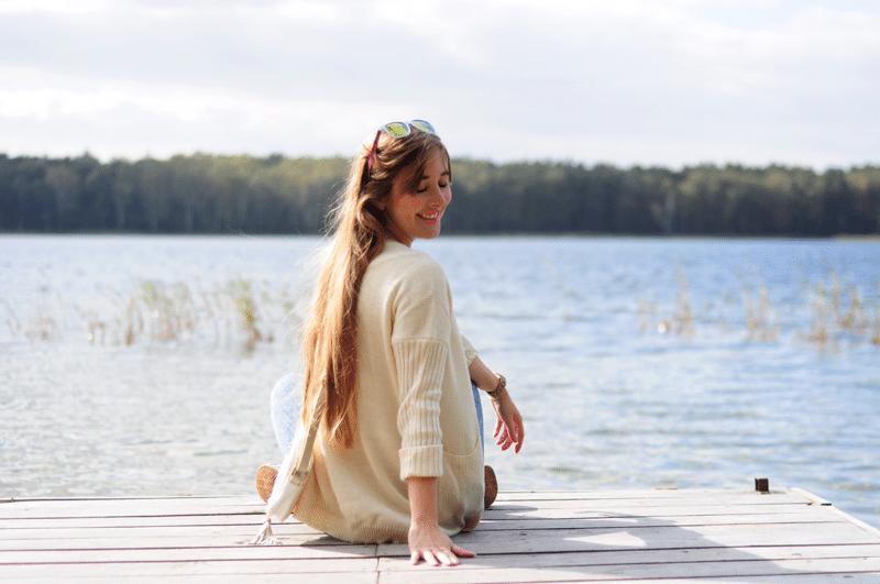 spacer nad jeziorem pomost wycieczka na weekend