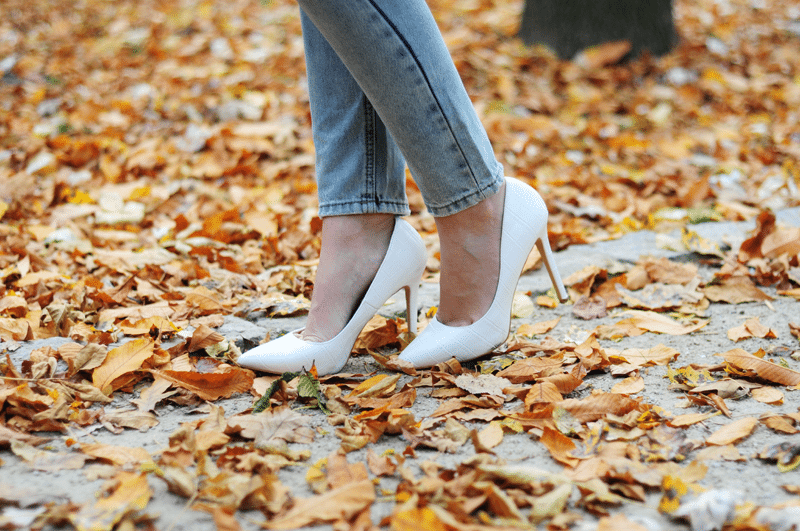 białe szpilki jesień poszarpane jeansy złota polska ciepła słoneczna