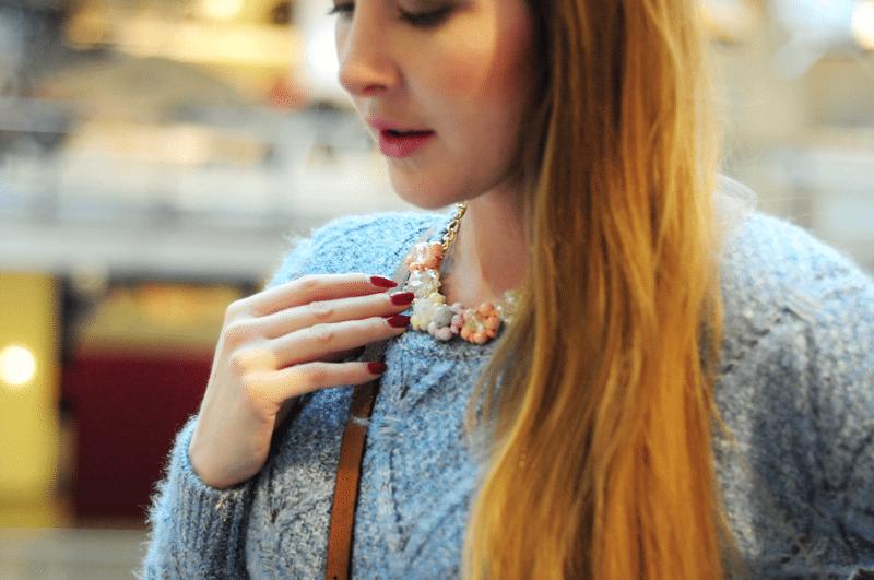 pastelowy naszyjnik kwiatuszki choies sweter baby blue
