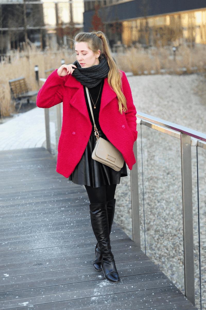 skórzana rozkloszowana spódnica różowy wełniany płaszcz na zimę