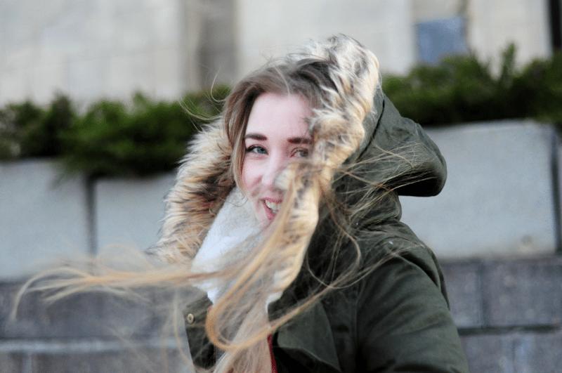 wiatr we włosach zielona parka sheinside