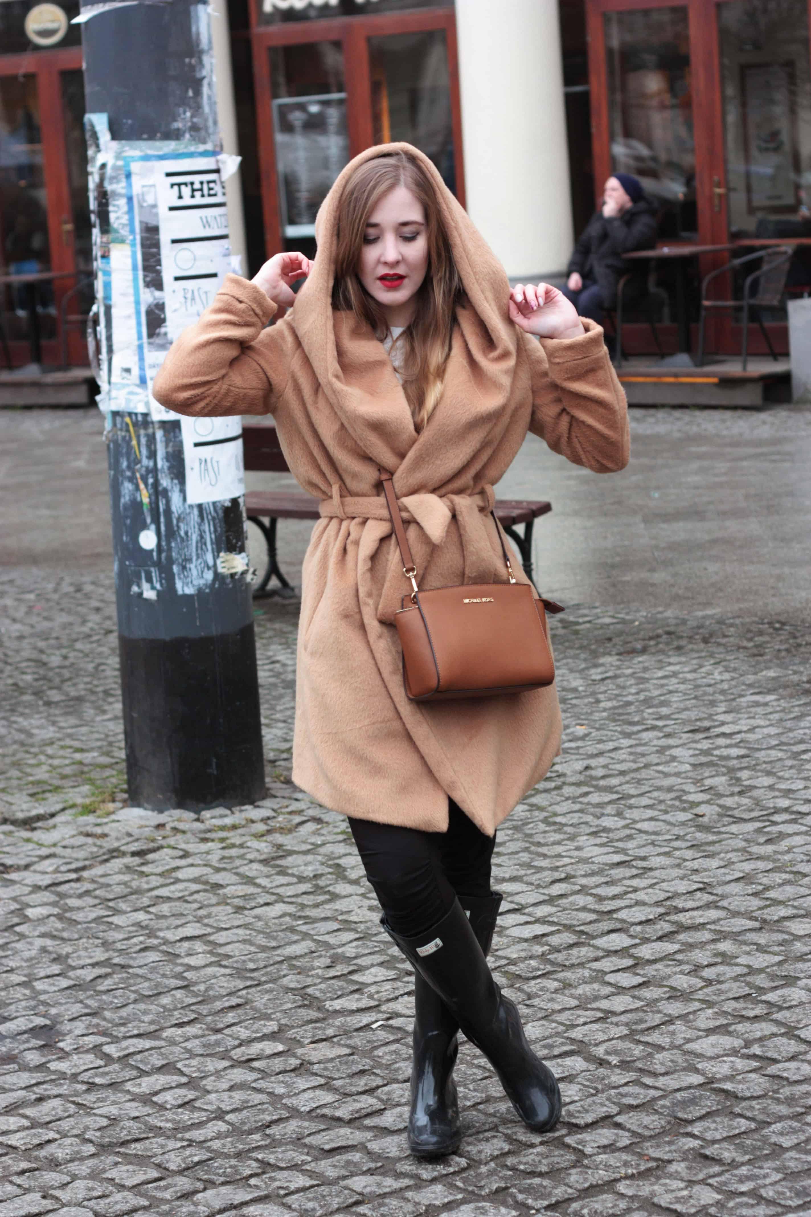 Camelowy płaszcz z kapturem również na niepogodę!