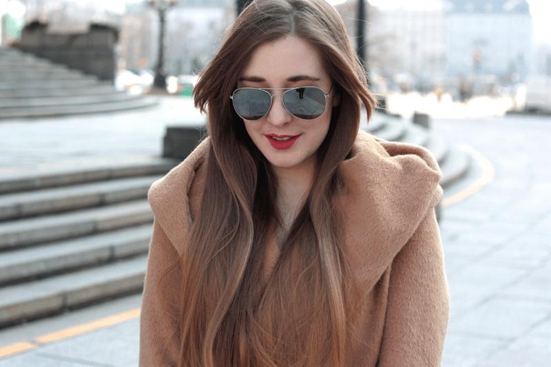 camelowy płaszcz lustrzane okulary