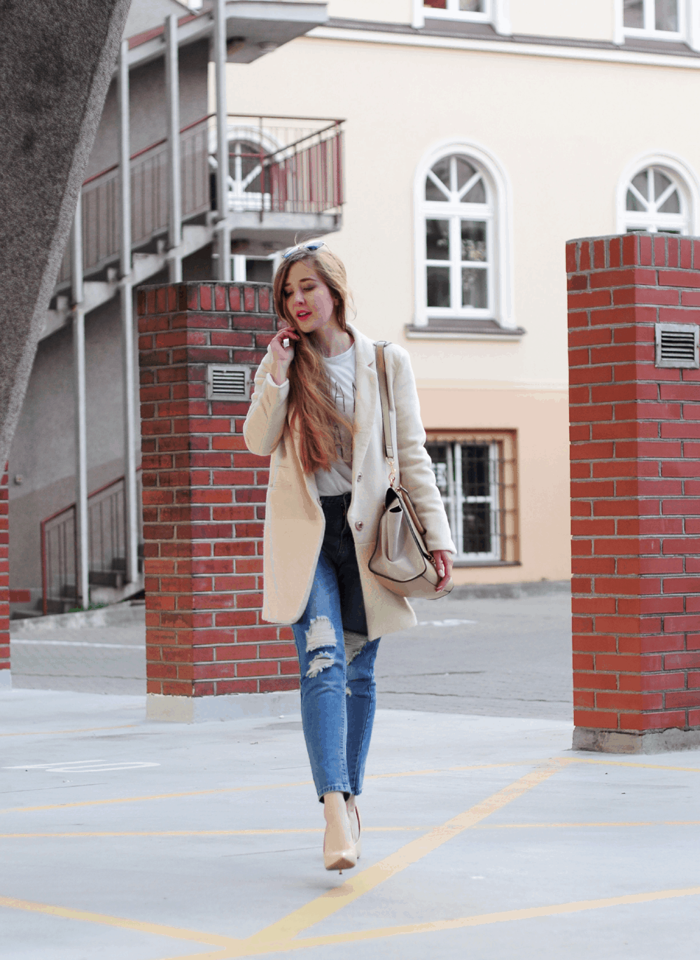 wiosenny ootd jasny płaszcz dziurawe spodnie sheinside