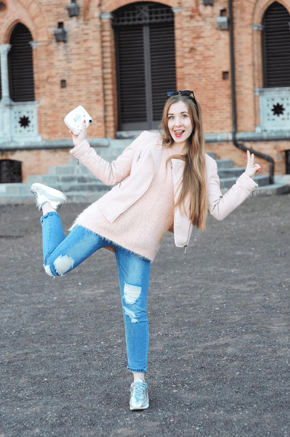 ootd pudrowy fluffy sweterek podarte jeansy