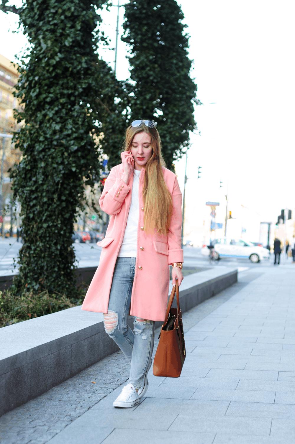 ootd różowy płaszcz podarte jeansy wiosna 2015 kors