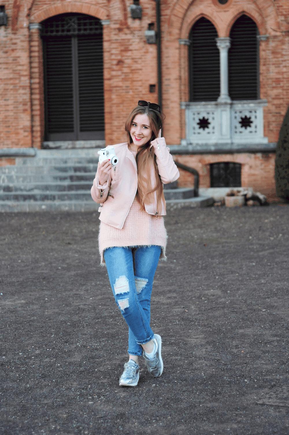 oots srebrne sneakersy różowy sweterek
