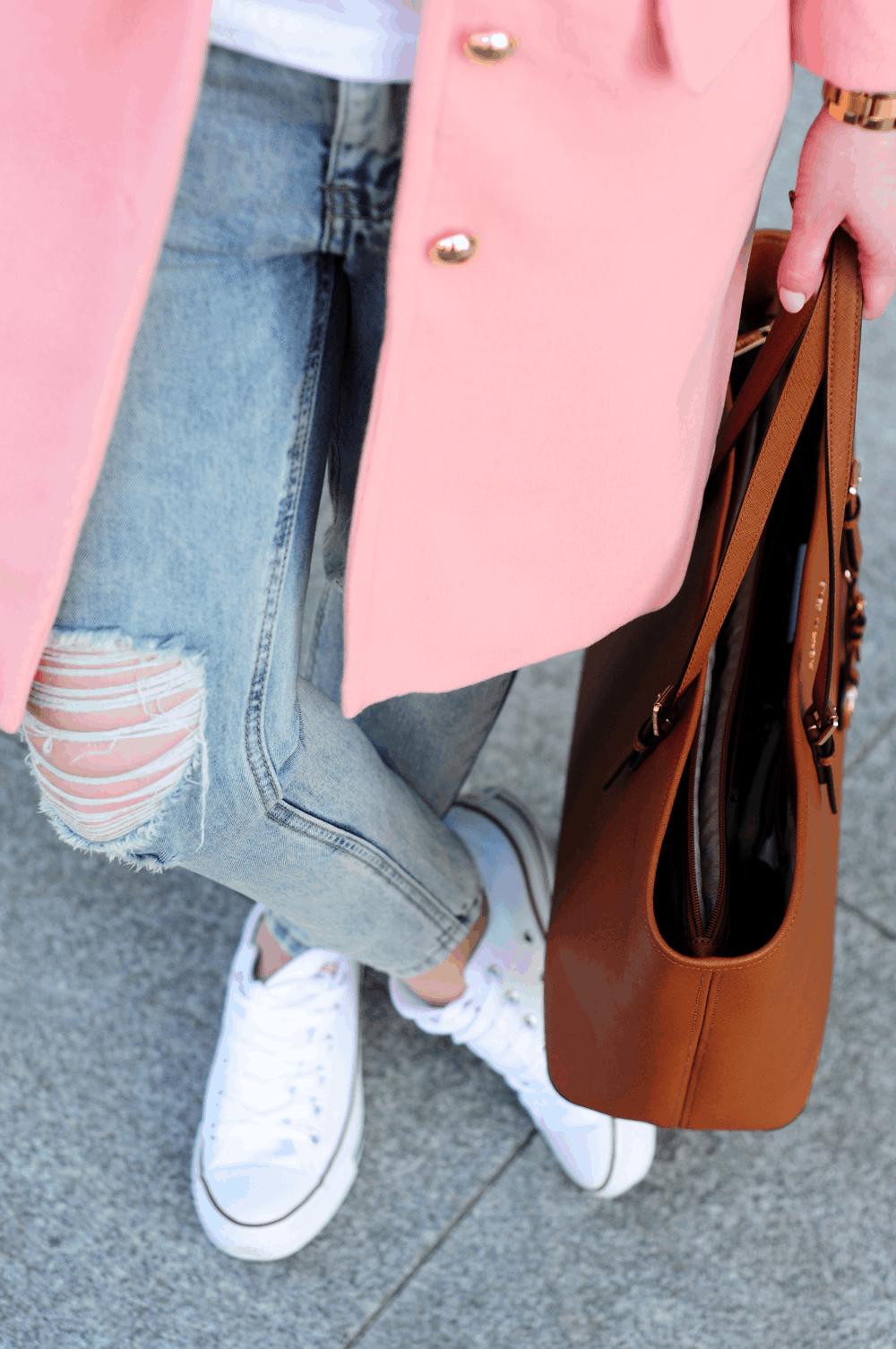 podarte jeansy białe conversy