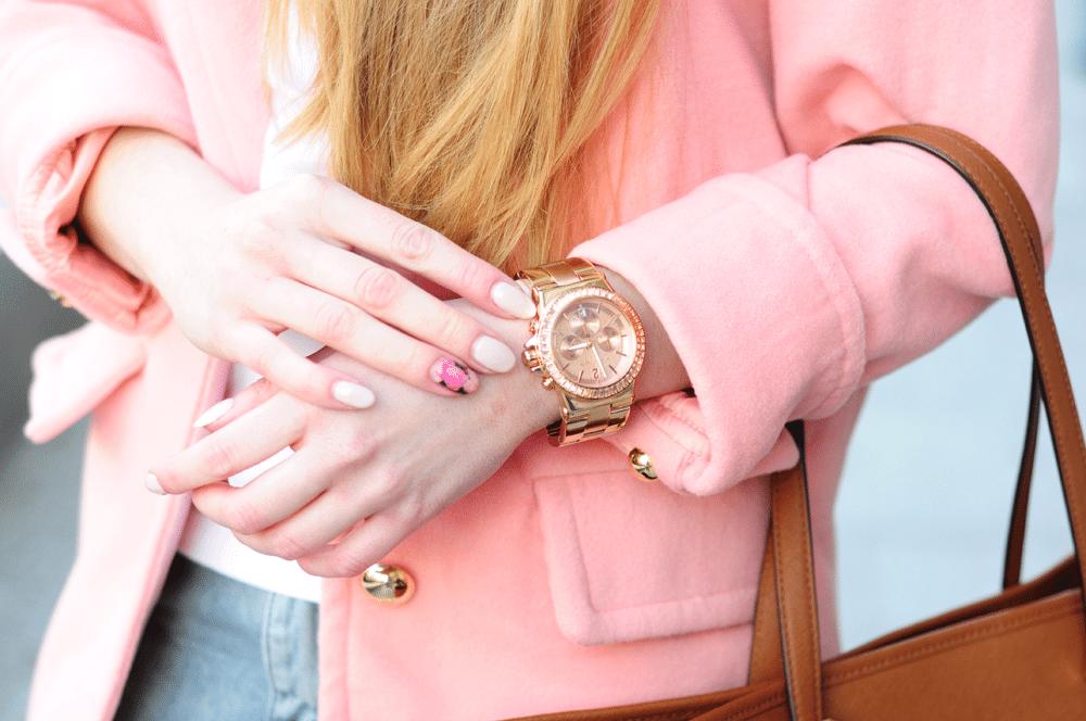 pudrowy różowy płaszcz zegarek michael kors