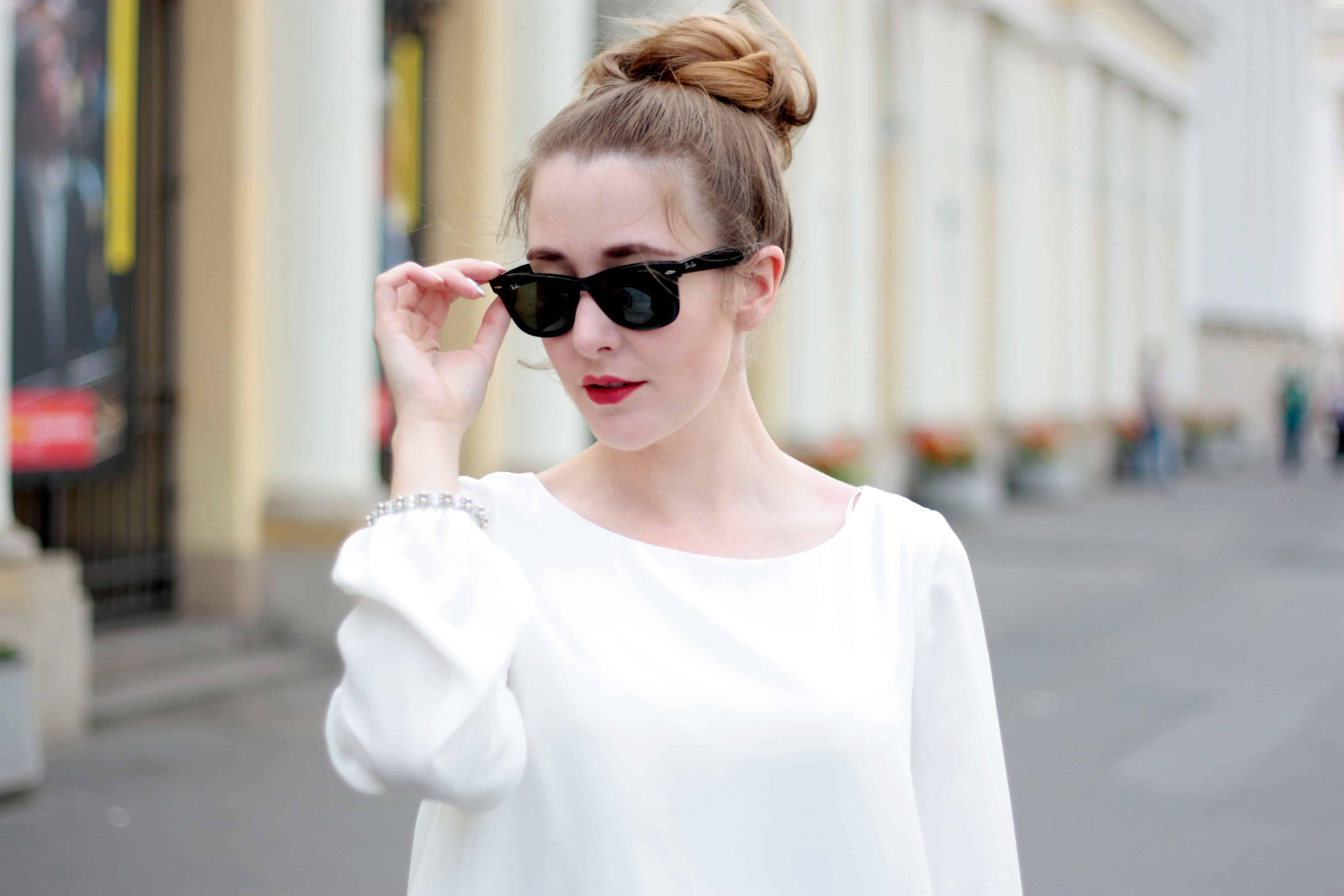 Stylizacja z białą bluzką na co dzień