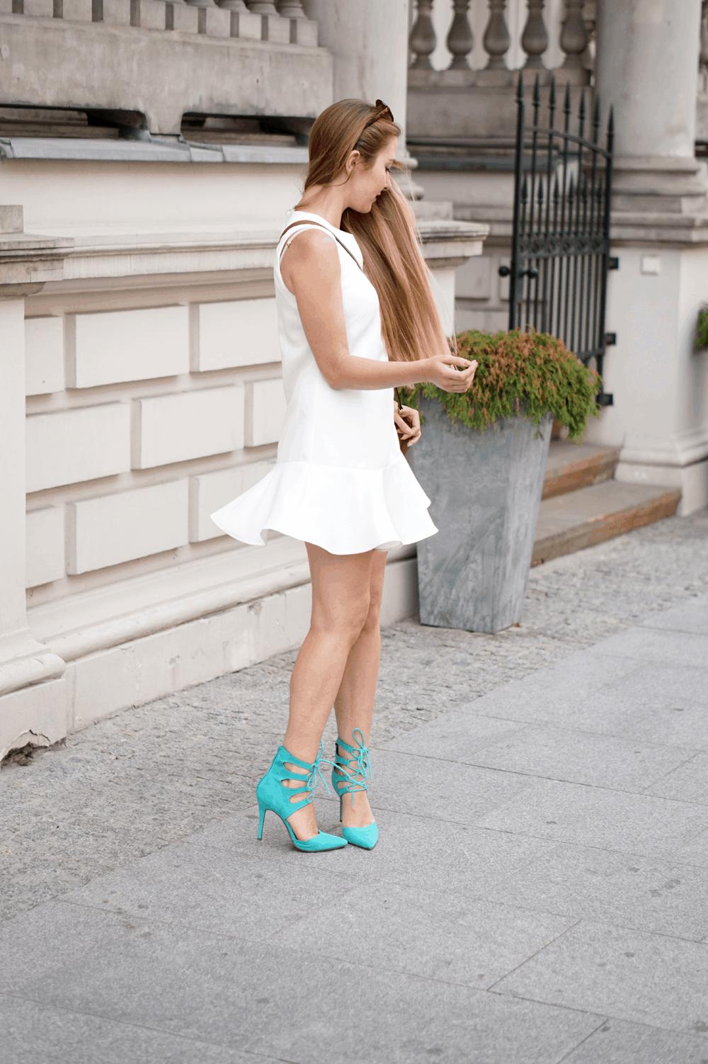 biała sukienka miętowe morskie sznurowane szpilki