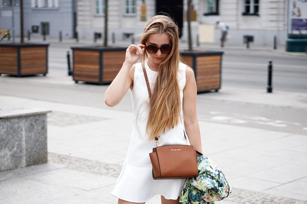 biała sukienka szpilki ami clubwear wiatr we włosach