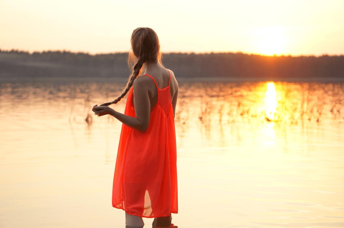 neonowa sukienka na lato zachód słońca jezioro piaseczno sesja nad jeziorem
