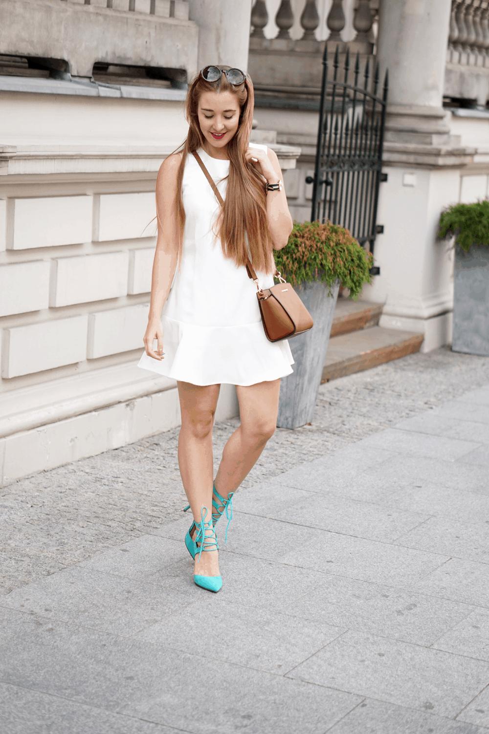 ootd biała sukienka marynarka w kwiatki szpilki wiązane