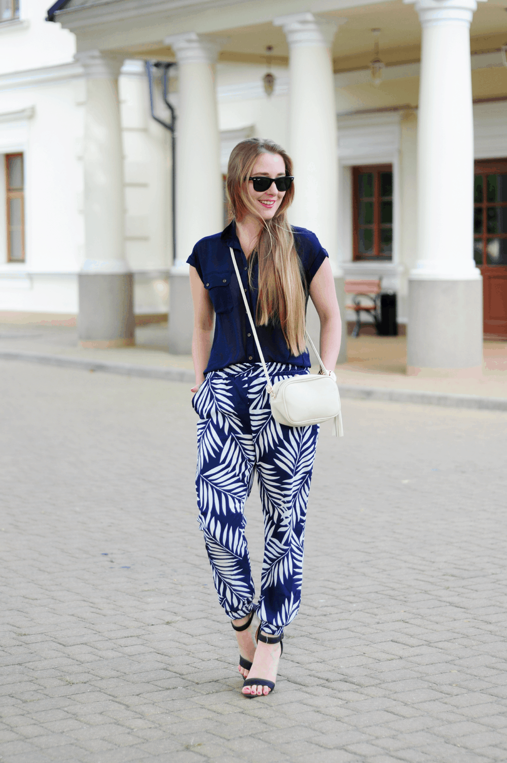 ootd blog o modzie stylizacja z letnimi spodniami w palmy