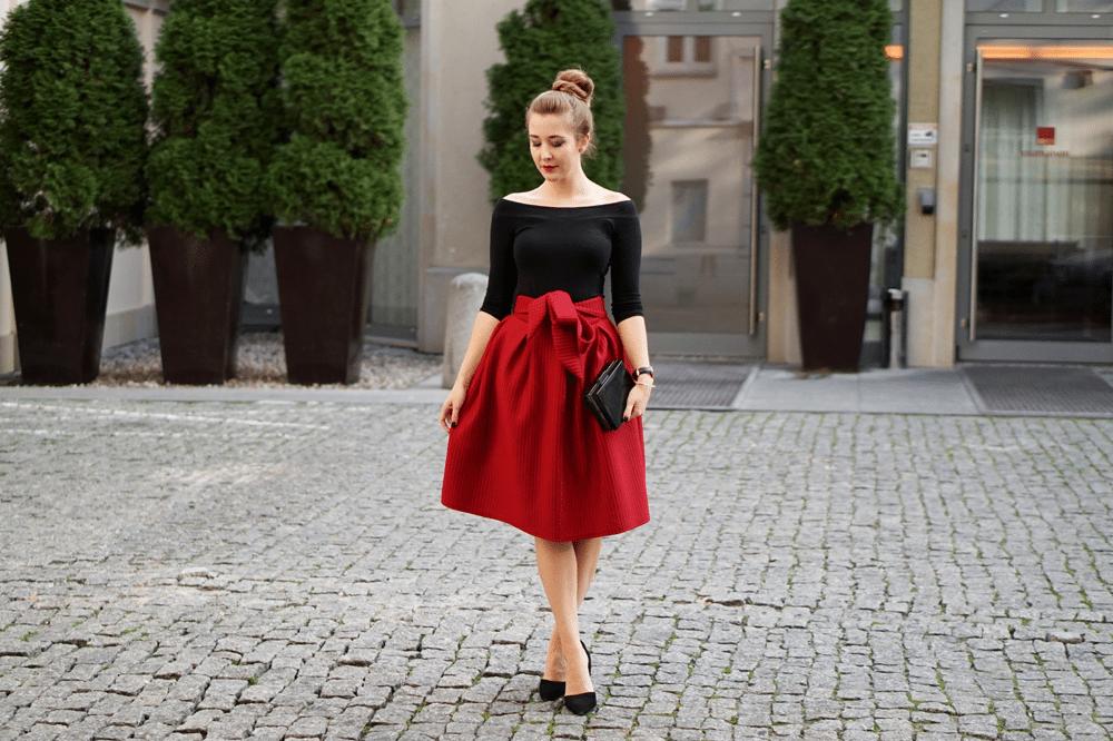 stylizacja z czerwoną spódnicą midi
