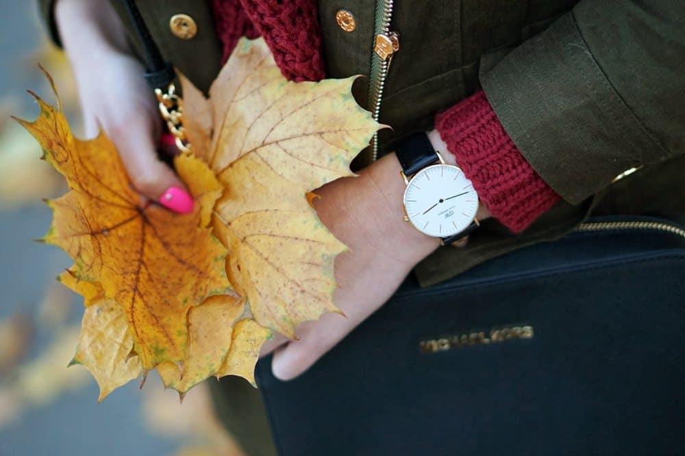 Jesienny spacer po ogrodzie saskim – stylizacja z ciepłą parką