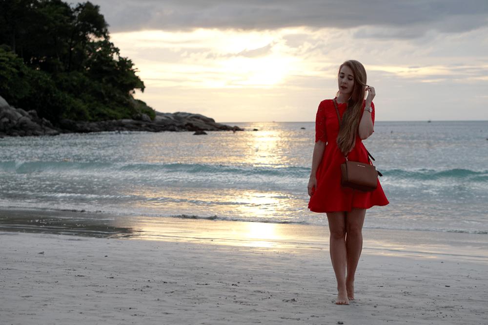 Refleksja nad gasnącym słońcem | romantyczna stylizacja z czerwoną sukienką