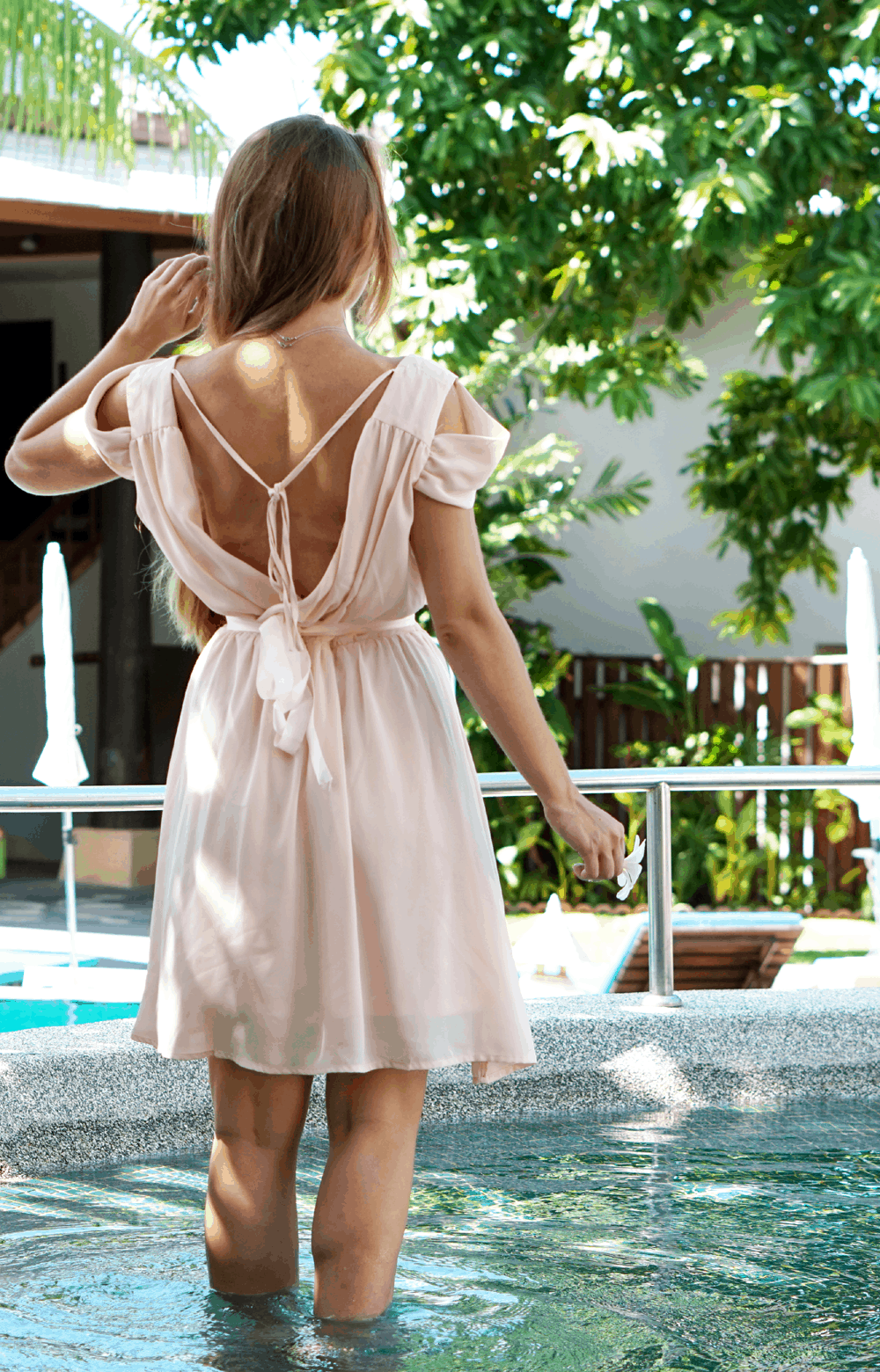 Pudrowa sukienka Romwe w wakacyjnej stylizacji