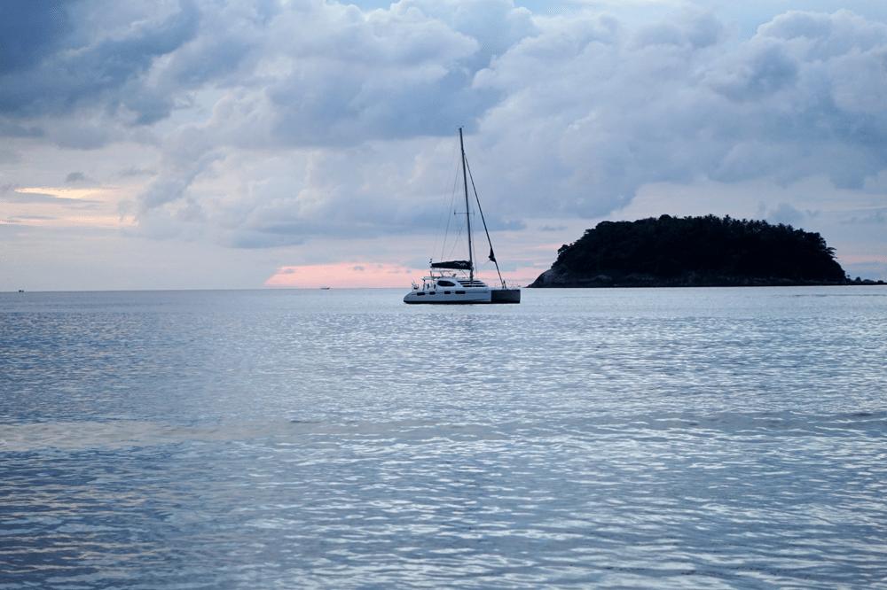zachód słońca phuket statek