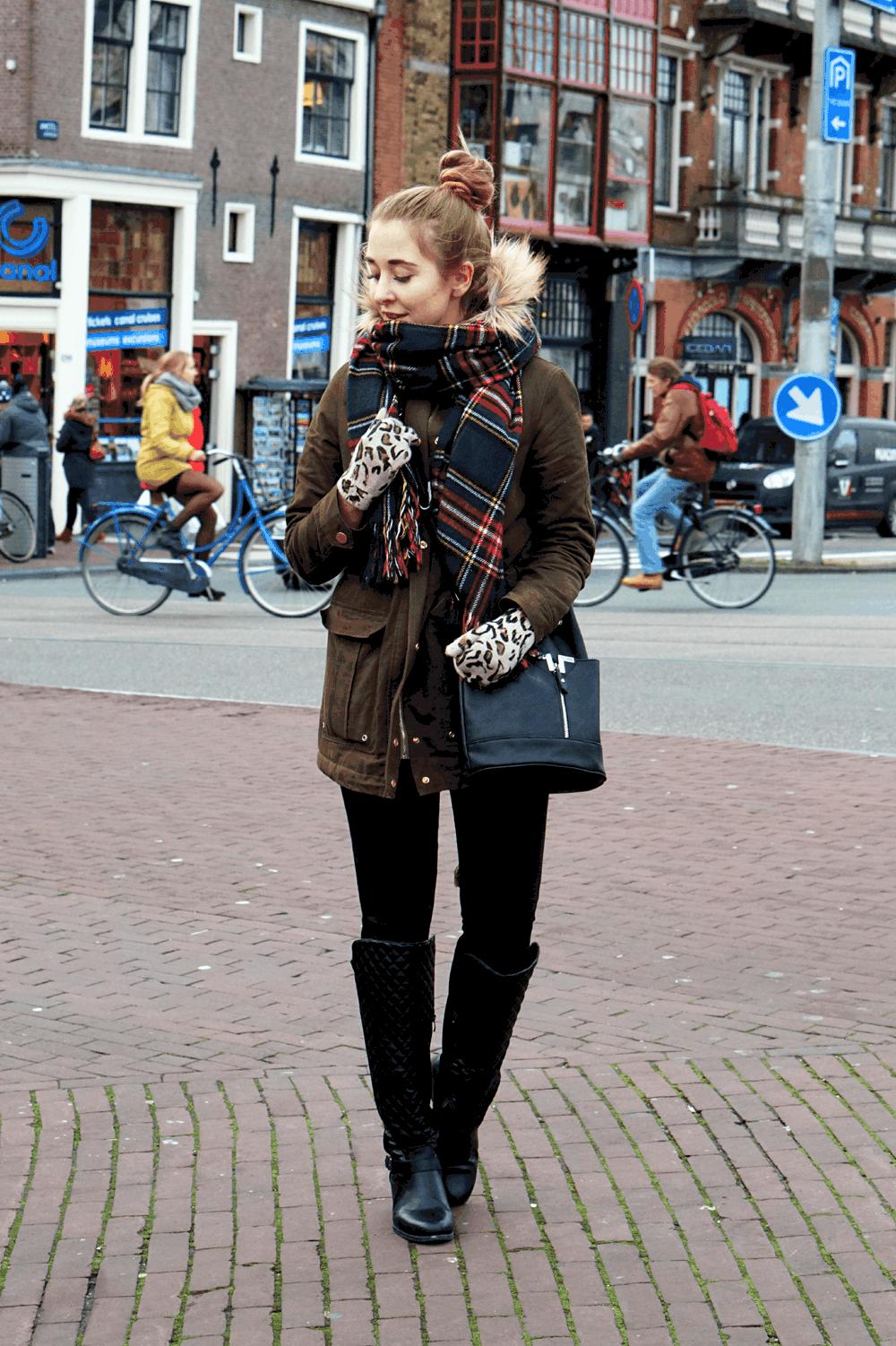 Zestaw z ciepłą, zieloną parką – zdjęcia z Amsterdamu