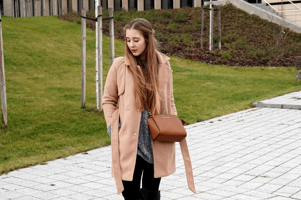Grudniowa stylizacja z camelowym płaszczem