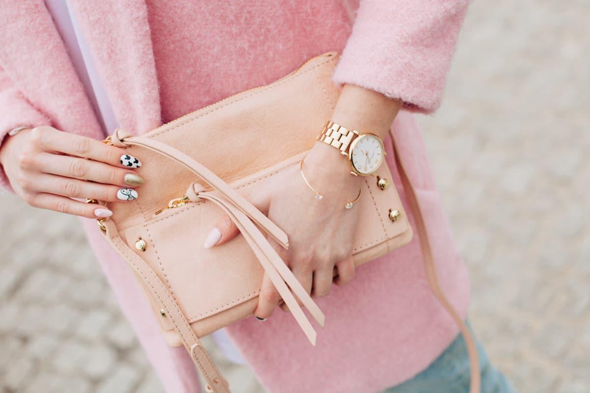Wiosenna stylizacja – różowy płaszcz i białe nike air max 1