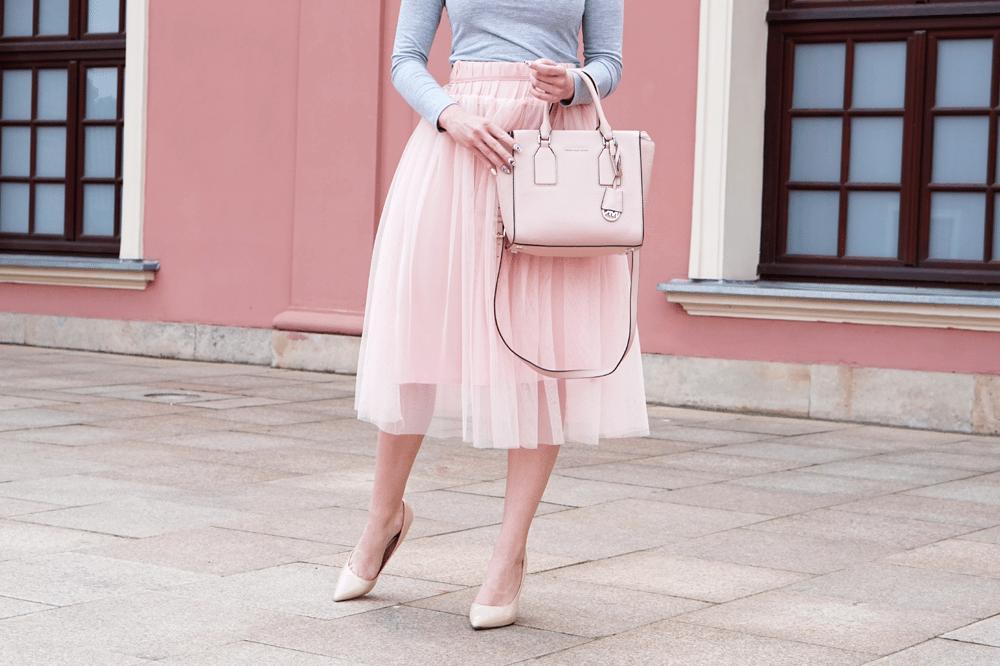 Stylizacja dobra na wesele lub komunię – różowa tiulowa spódnica midi