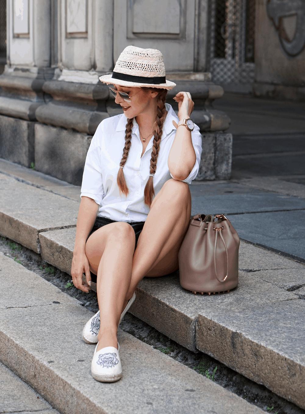 stylizacja z białą koszulą i słomkowym kapeluszem espadryle kenzo i torba alexander wang