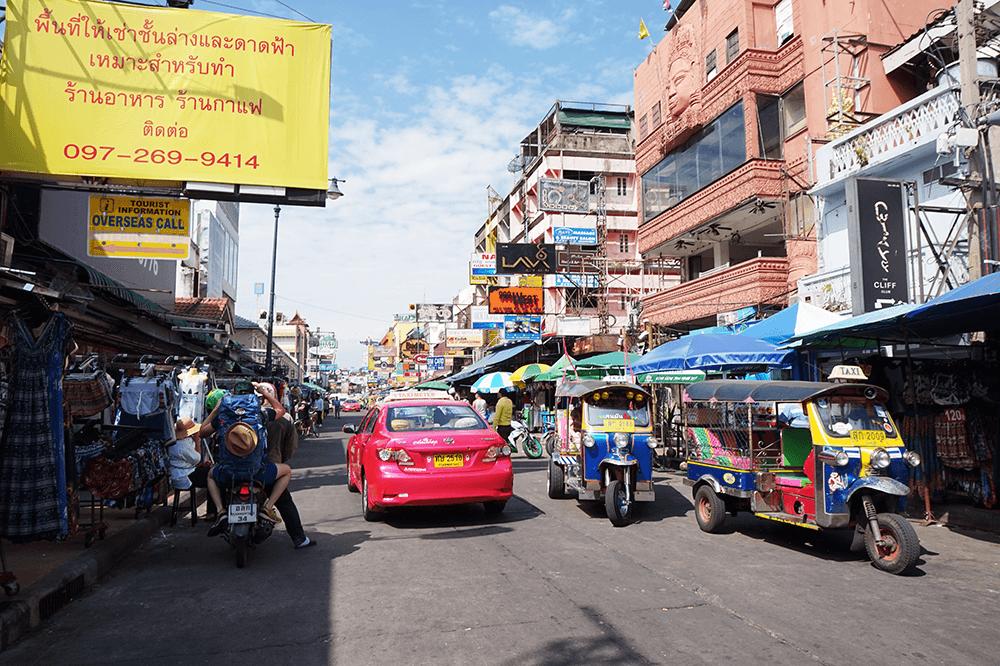 Co można kupić na Khao San Road w Bangkoku?