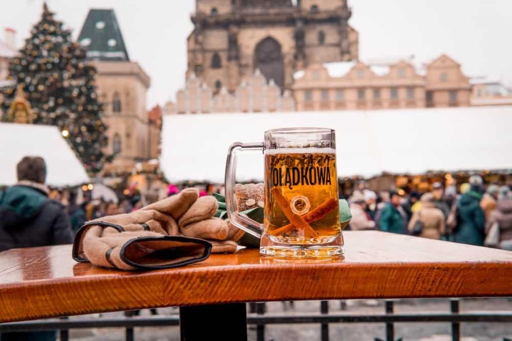 Zimowa stylizacja z malowniczą Pragą w tle